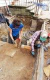 KoloniinvånareWilliamsburg Raleigh Tavern arkeologisk utgrävning royaltyfri foto
