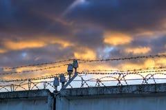 Kolonin för hög säkerhet fäktade med försett med en hulling - binda för brottslingar med livstids fängelse royaltyfri foto