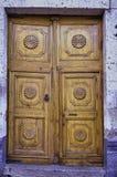Kolonista rzeźbiący drzwi Obrazy Royalty Free