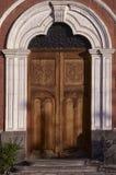 Kolonista rzeźbiący drzwi Fotografia Stock