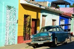 Kolonista Trinidad i ulicy starzy samochody i, Kuba zdjęcia royalty free