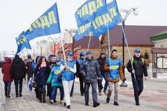 Kolonn av aktivister med flaggor och symboler av LDPR-politiska partiet Arkivbild