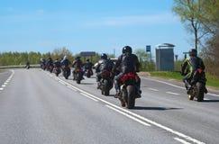 Kolonn av cyklister royaltyfri foto