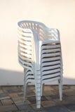 Kolonn av vita stolar Arkivbild