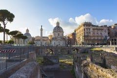 Kolonn f?r Trajan ` s och Foro di Cesare - Viaggio nei Fori arkivbilder