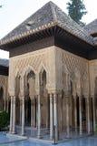 Kolonn Labrynth i Alhambra Arkivbilder