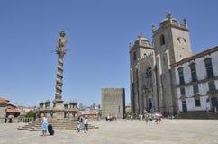 Kolonn på plazaen av domkyrkan Arkivbilder