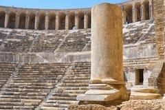 Kolonn som är nära upp på den romerska amfiteatern royaltyfri bild
