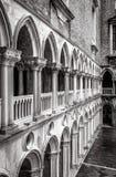 Kolonnad av borggården för slott för doge` s, Venedig, Italien Arkivfoton