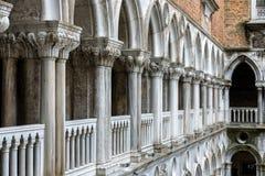 Kolonnad av borggården för slott för doge` s, Venedig, Italien Royaltyfri Bild