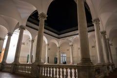 Kolonnad av det första golvet för utsida av Palazzoen Ducale vid natt i den italienska staden av Genoa Genova, Italien arkivfoton