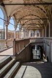 Kolonnad av en medeltida stadshusbyggnad (den Palazzo dellaen Ragione) arkivfoton