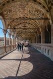 Kolonnad av en medeltida stadshusbyggnad (den Palazzo dellaen Ragione) arkivbilder