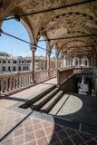 Kolonnad av en medeltida stadshusbyggnad (den Palazzo dellaen Ragione) fotografering för bildbyråer