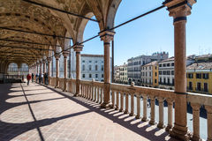 Kolonnad av en medeltida stadshusbyggnad (den Palazzo dellaen Ragione) arkivbild