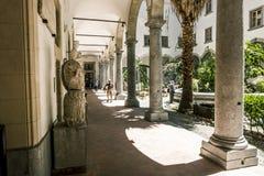 Kolonnad i den inre borggården av det arkeologiska museet in Royaltyfri Bild