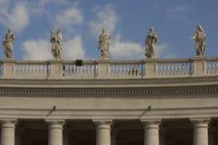 Kolonnad i helgonet Peters Square royaltyfria bilder