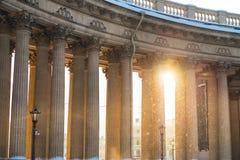 Kolonnad med solnedgångljus av den Kazan domkyrkan i St Petersburg, Ryssland royaltyfri fotografi