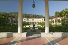 Kolonnad och lång pöl av den Getty villan, Malibu villa av jet Paul Getty Museum i Los Angeles, Kalifornien arkivbild