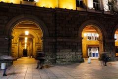 Kolonnad och lyktor vid natt Royaltyfri Foto