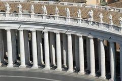 Kolonnad som in planläggs av arkitekten BERNINI i Sts Peter fyrkant arkivbilder