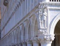Kolonnad Venedig Italien för slott för doge` s Royaltyfria Bilder