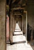 Kolonnade bei Angkor Wat, lizenzfreies stockbild