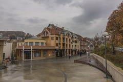 Kolonnade in der Luhacovice-Badekurortstadt am heißen Morgen des Herbstes lizenzfreie stockfotografie