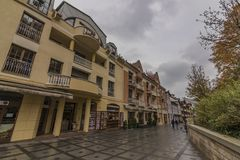 Kolonnade in der Luhacovice-Badekurortstadt am heißen Morgen des Herbstes lizenzfreie stockbilder