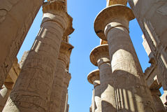 Kolonnade des Karnak Tempels in Luxor, Ägypten lizenzfreie stockfotos