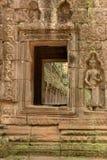 Kolonnade gesehenes durch Steinfenster mit Statue lizenzfreie stockbilder