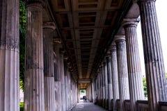 Kolonnade im Alte das alte National Gallery-Museum auf Museumsinsel in Berlin Germany Lizenzfreie Stockbilder
