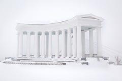 Kolonnade im Schnee lizenzfreies stockfoto