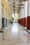 Kolonnade innerhalb des Achilleions-Gebäudes Stockfotografie