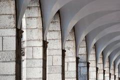 Kolonnade mit gewölbter Decke lizenzfreie stockfotos