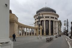 Kolonnade nahe Vardar Rive in der Mitte der Stadt von Skopje, Republik von Macedo stockfotografie