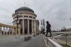 Kolonnade nahe Vardar Rive in der Mitte der Stadt von Skopje, Republik von Macedo lizenzfreie stockfotos