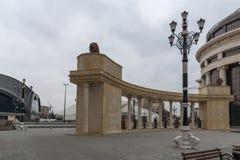 Kolonnade nahe Vardar Rive in der Mitte der Stadt von Skopje, Republik von Macedo stockbild