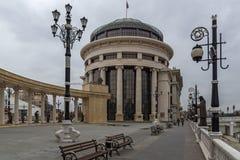 Kolonnade nahe Vardar Rive in der Mitte der Stadt von Skopje, Republik von Macedo stockfoto