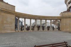 Kolonnade nahe Vardar Rive in der Mitte der Stadt von Skopje, Republik von Macedo stockfotos