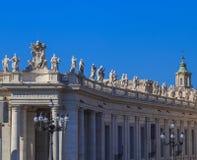 Kolonnade an St- Peter` s Quadrat in Rom stockfotografie