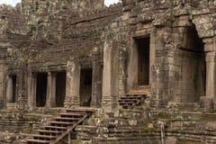 Kolonnade und Eingänge in ruiniertem Bayon-Tempel lizenzfreie stockbilder