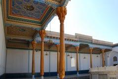 Kolonnaden i borggården av den fredag moskén i Bukhara Arkivbilder