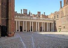 Kolonnaden, klockadomstol av Hampton Court Palace, UK Royaltyfria Bilder