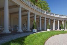 Kolonnaden med colums i den barocka trädgården av Loo Pala Arkivfoto