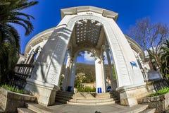 Kolonnaden och invallningen i Gagra, Abchazien, Kaukasus Royaltyfria Bilder