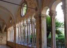 Kolonnader för Dubrovnik Franciscan klosterkloster arkivfoton