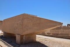 kolonnborggård heliga luxor mest sidotempel Avhyst granitobelisk Arkivfoto