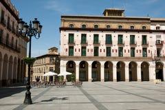 Kolonnbyggnad i Luis Lopez Allue Square - Huesca - Spanien royaltyfri foto