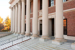 kolonndörrar entrance det harvard arkivet Arkivbild